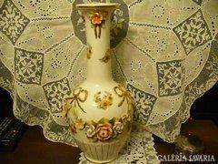 Gyönyörű porcelán váza, rózsa plasztikus díszítésse