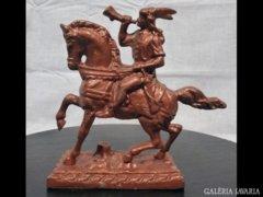 1302 G2 Régi spiáter lovas kezében kürt