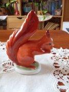 Hollóházi mókus szobor
