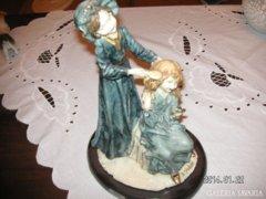 Asztali Dísz, anya lányával, igen hangulatos szobrocska. mérete 29*19 cm. plasztikból