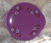 Jelzett lila színű, majolika virágos tortatál