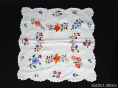 8075 Virágmintás hímzett terítő 40 x 40 cm