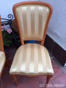 Antik stílusú székek.