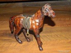 Antik bőr ló szobor