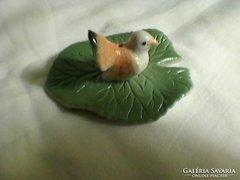 Levélen ülő madár