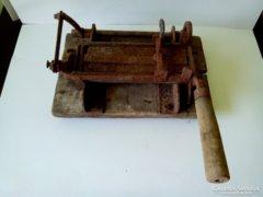 Eredeti patinás állapotban antik dohány vágó aprító kivételes, ritka forma múlt század elejéről