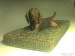 Beagle kutyus bronz párnán