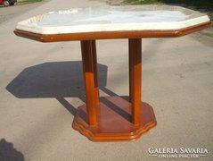 Kis oszloplábú asztal eladó!Tetején márványlap.