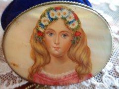 Gyöngyházra festett kislány porté bross Méret : 5,2 x 4 cm
