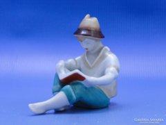 0C547 Régi jelzett Hollóházi olvasó kalapos fiú