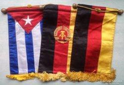 Szocreál selyem zászlók.