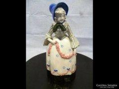 1859 Antik bécsi majolika fiatal kalapos nő