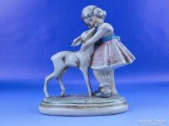 0D798 Régi jelzett német porcelán kislány őzikével