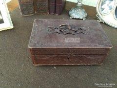Antik bútor, faragott dobozka.