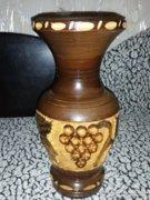 Kézzel faragott fa váza szőlő motívummal díszítve