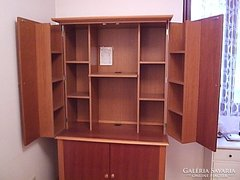 Kis helyen elférő multifunkcionális iroda egy szekrényben