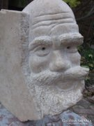 Atlasz-faragott kő szobor