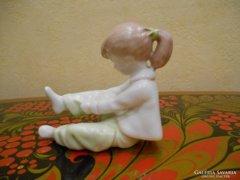 Aquincum öltözködő kislány porcelán szobor