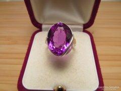 Sterling ezüst gyűrű, lilás-sötét rózsaszínes kővel.