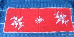 Piros - fehér himzés terítő
