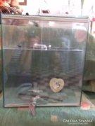 Kisméretű  Üvegvitrin-kiállító vitrin gyűjteménynek vastag üveg+zár 30x35x21