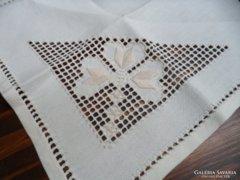 Törtfehér ünnepi azsúrozot hímzett asztali kisterítő 33x33 m