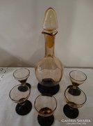 Halvány borostyánszínű likőrös készlet fekete talppal