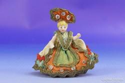 0F823 Antik miniatűr porcelán népviseletes baba