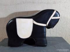 0C251 Schéner jellegű retro műbőr ló alakú puff