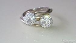 Ezüst gyűrű cirkon kövekkel díszítve.