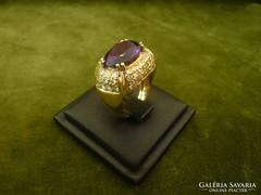18K-os gyűrű sötétlila ametiszttel és rengeteg brillel