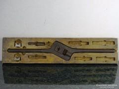 0F978 Antik menetvágó szerszám dobozában