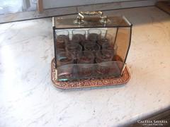 Antik likőrös készlet fémálcával szép üvegládikóban eladó!