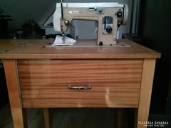 Lucznik asztalba rejthető varrógép