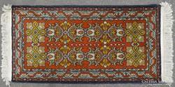 0H956 Régi keleti mintás szőnyeg 60 x 117 cm