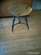 8 szögletű 3 lábú fa asztal