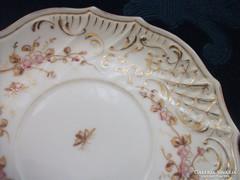 19.sz Royal Vienna rokokó aranykontúrozott virág,rovar és dombor mintás tányér-16 cm(2)