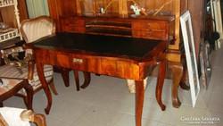 Felépítményes neobarokk íróasztal.