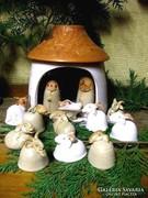 Betlehemi jászol, Mária, József és Jézuska. Báránykák körben