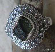 925 ezüst gyűrű, 18,1/56,8 mm, moldavittal, csiszolatlan