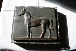 Maugsch Gyula: Lovat ábrázoló bronz levélnehezék