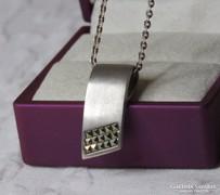 AKCIÓ! Gyönyörű, modern tömör ezüst medál markazitokkal