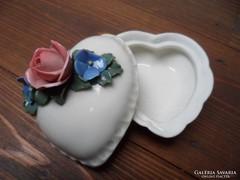 Ens szív alakú procelán gyűrűtartó rózsa dísszel a tetején