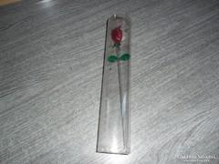 Üveg rózsa szál tartóban