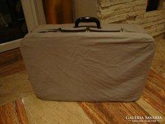 Régi koffer bőrönd ruhában