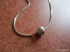 Gömb medállal díszített ezüst lánc