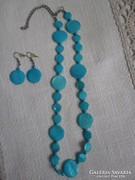 Kék nyaklánc fülbevalóval