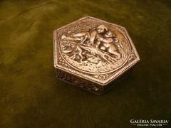 Ezüst dobozka / szelence puttókkal
