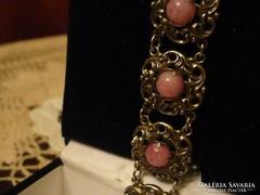 Szépséges rózsaszín köves karkötő