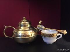 Aranyszínű teáskanna csészével, kanállal